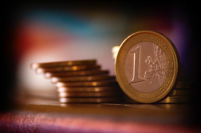 tarinoita-juhlarahoista-kolikoiden-kiehtova-maailma-2-euro-kolikko