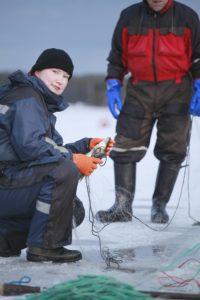 Kalastaja Tanja Åkerfelt verkoilla meren jäällä